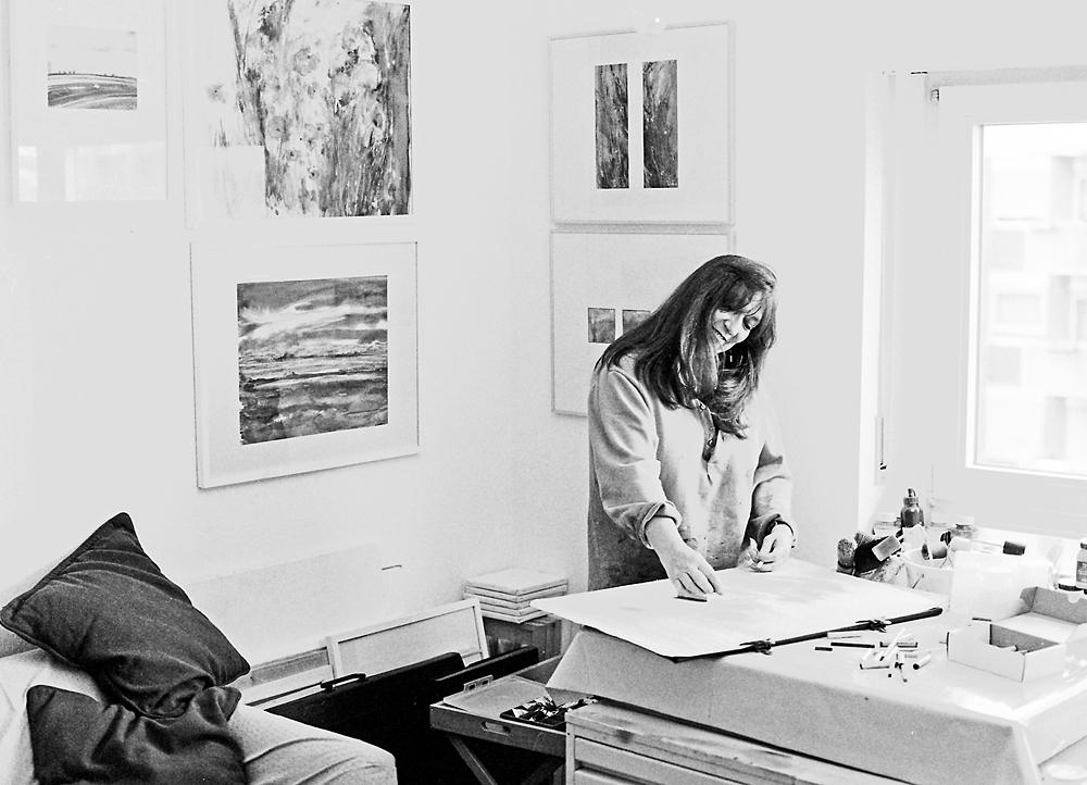 Barbara M. privat in ihrem Atelier beim Malen