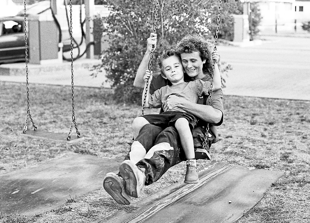 Rosa M. privat mit ihrem Sohn auf dem Spielplatz