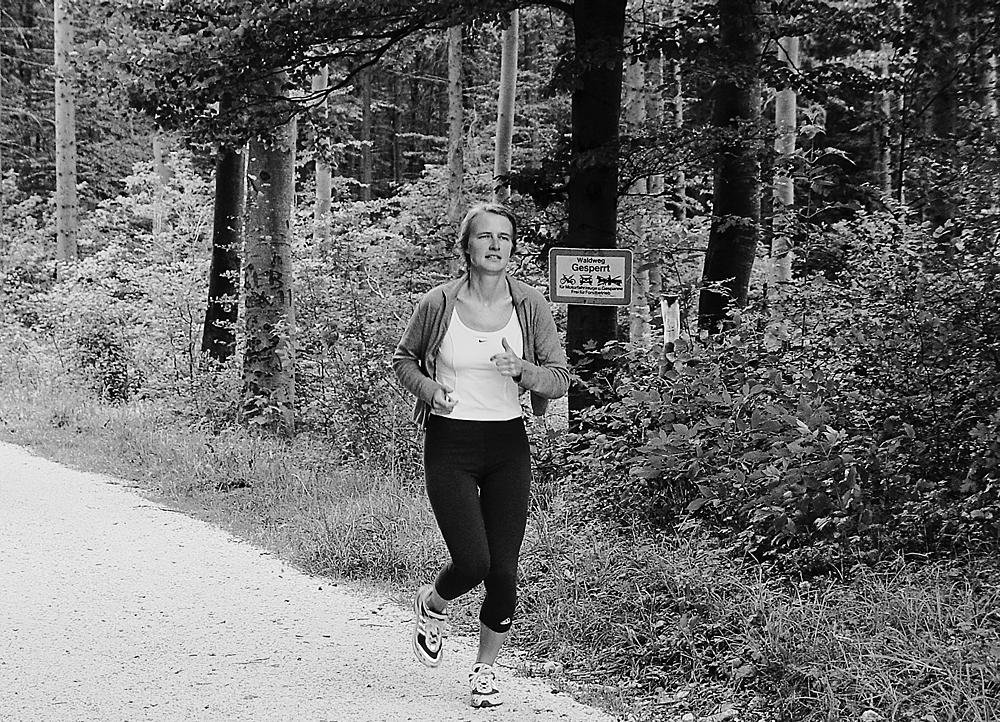 Dr. Heidurn F. privat beim Joggen im Wald
