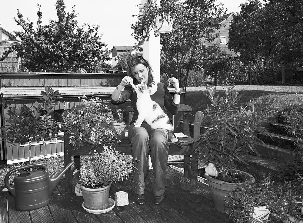 Silke Z. privat mit ihrer Katze im Garten