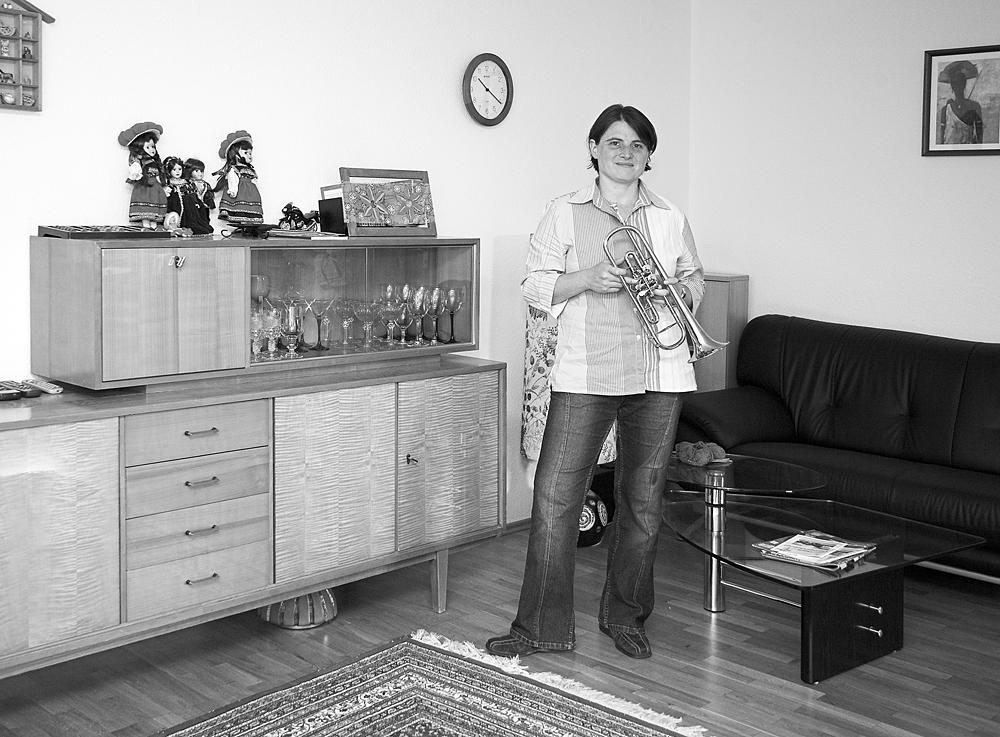 Friederike F. privat im Wohnzimmer mit Trompete